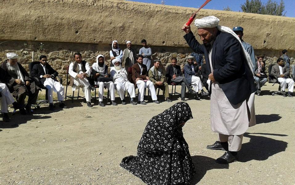Ένοχη, κρίθηκε από το εικονιζόμενο δικαστήριο η γυναίκα από την επαρχία Ghor του Αφγανιστάν για την κατηγορία της μοιχείας. Μπροστά σε πλήθος κόσμου που μαγνητοσκοπούσε την σκηνή, τα απαθή βλέμματα των δικαστών και το σταθερό χέρι του εκτελεστή, τιμωρήθηκε με 100 μαστιγώματα για την πράξη της. REUTERS/Pajhwok News Agency