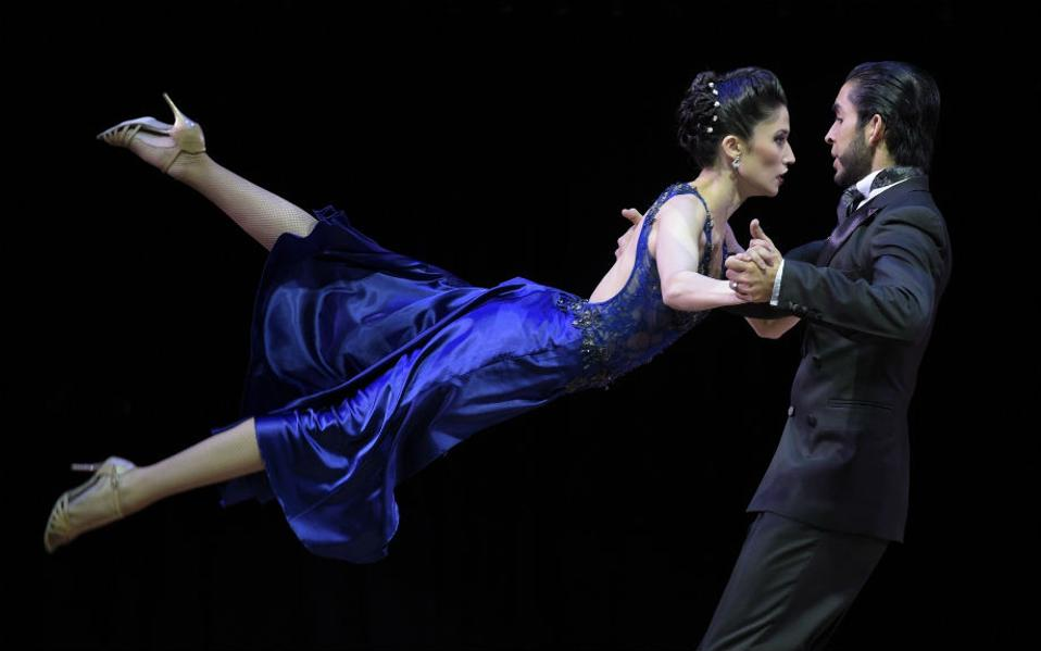 Gonzalo Romero και Paula Alvarez από την Αργεντινή στον 13th Tango Dance World Championship. AFP PHOTO / JUAN MABROMATA