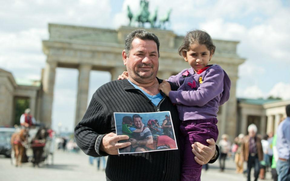 Έφτασα! Για τους περισσότερους η Γερμανία είναι το τέλος του ταξιδιού. Όπως ο εικονιζόμενος Laith Majid Al-Amirij από την Συρία που είχε φωτογραφηθεί αγκαλιά με την κόρη του Noor κατά την αποβίβασή τους στην Κω. Η ένταση της σκηνής και το κλάμα του άνδρα είχαν κάνει την φωτογραφία διάσημη στο ίντερνετ. Τώρα ο Laith ποζάρει μπροστά από την πύλη του Βραδεμβούργου πάλι μαζί με την κόρη του. Από εδώ και μπρος το Βερολίνο θα είναι το νέο τους σπίτι. EPA/JOERG CARSTENSEN
