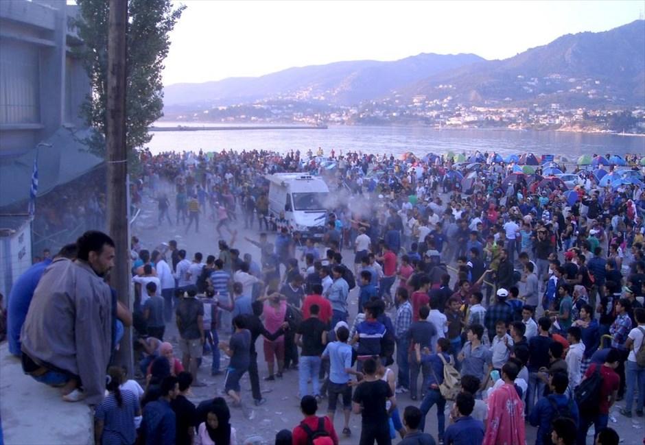 Νέα επεισόδια με μετανάστες καταγράφηκαν στο λιμάνι της Μυτιλήνης. Άνδρες του Λιμενικού Σώματος και της αστυνομίας έκαναν χρήση χειροβομβίδων κρότου λάμψης και συνεχείς επεμβάσεις για να αντιμετωπίσουν το εξεγερμένο πλήθος.