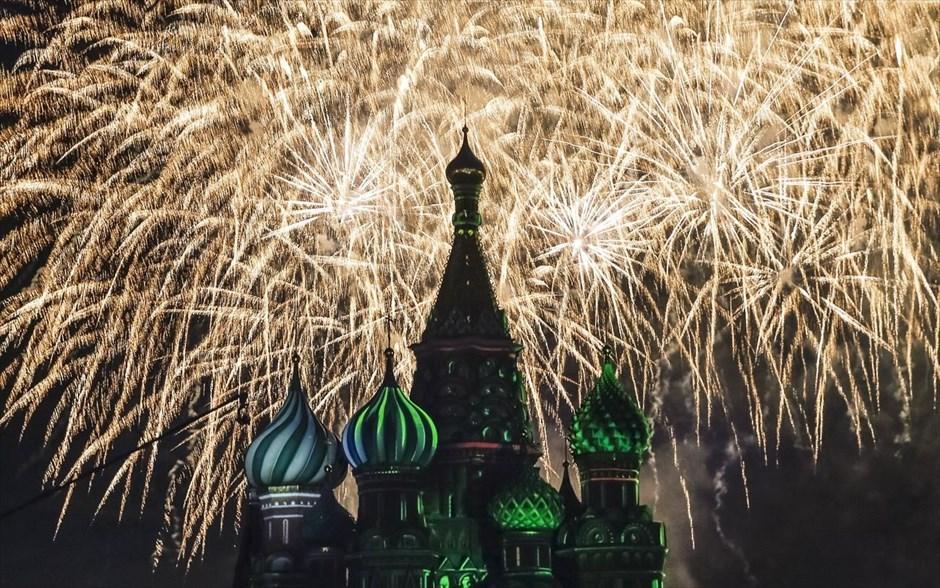 Πυροτεχνήματα εκρήγνυνται πάνω από τον καθεδρικό ναό του Αγίου Βασιλείου κατά την διάρκεια Φεστιβάλ στρατιωτικών ορχηστρών στην Κόκκινη πλατεία στην Μόσχα.