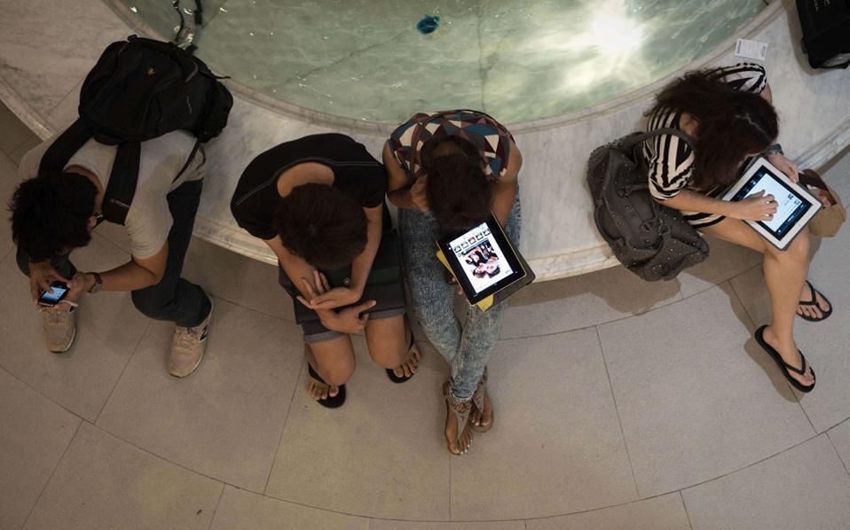 Νέοι «καλωδιωμένοι» με «έξυπνες» συσκευές, τάμπλετ και τηλέφωνα. Το Διαδίκτυο είναι ο νέος κοινός μας τόπος, η νέα κοινή μας επικράτεια.
