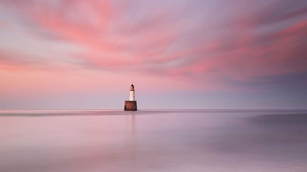 Ενα πανέμορφο ροζ ηλιοβασίλεμα περιβάλλει τον φάρο του 19ου αιώνα στο Aberdeenshire της Σκωτίας. Την εικόνα απαθανάτισε ο φωτογράφος Grant Glendinning για το National Geographic