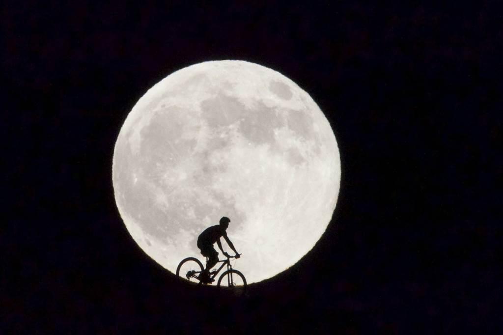 Ποδηλάτης στα Κανάρια νησιά. Το φαινόμενο Super Moon πραγματοποιείται 4-6 φορές το χρόνο. @Carlos De Saa / EPA