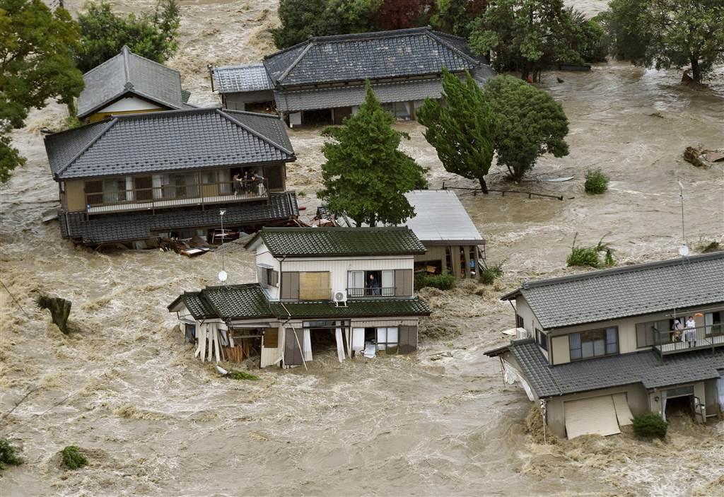 Δύο άνθρωποι θάφτηκαν ζωντανοί κάτω από τη λάσπη, 15 τραυματίστηκαν και 100.000 χιλιάδες άλλοι είδαν τα σπίτια τους να πλημμυρίζουν από τις ισχυρές βροχοπτώσεις που έπληξαν το Τόκιο αλλά και τις περιφέρειες Κανούμα και Τοτσίγκι βορείως της πρωτεύουσας. Ο ποταμός Κινουγάουα υπερχείλισε απότομα και έπνιξε την κοινότητα Τζόσο βόρεια του Τόκιο, όπου κάτοικοι χρειάστηκε να απομακρυνθούν με στρατιωτικά ελικόπτερα από τις στέγες των σπιτιών τους. @Kyodo / Reuters