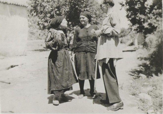 (1945 - Ο Καζαντζάκης ως μέλος της Επιτροπής ακούει πως η κόρη της μαυροφορεμένης γυναίκας αφόπλισε Γερμανό στρατιώτη)