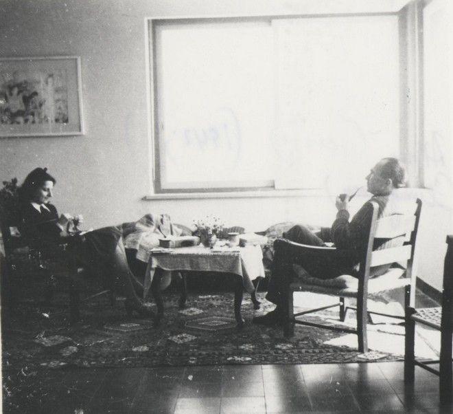 (1942 - Ο Καζαντζάκης και η Ελένη στο σπίτι τους στην Αίγινα)