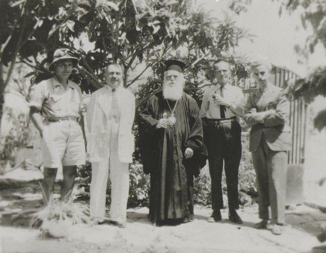 1945 - Η Επιτροπή και στη Μέση ο Επίσκοπος Πέτρας