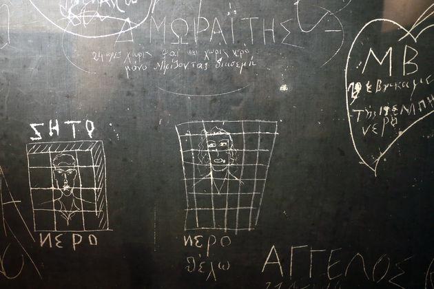 Η επιγραφή του Δ. Μωραΐτη που πέρασε 24 ώρες χωρίς φαγητό και νερό, αλλά παρηγορήθηκε μυρίζοντας το γιασεμί | Μάριος Βαλασόπουλος