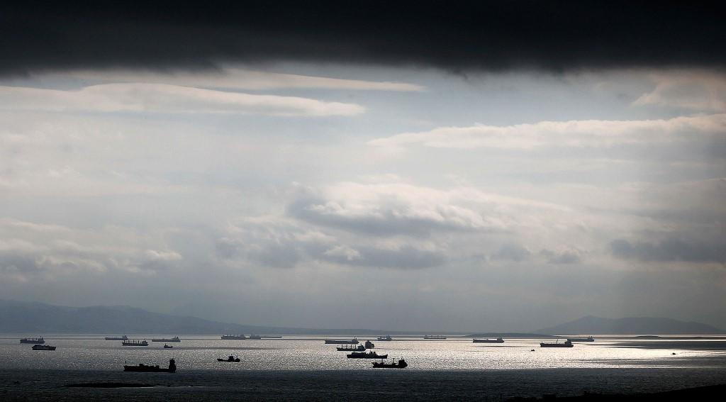 Φορτηγά πλοία κάτω από τα σύννεφα κοντά στο κεντρικό λιμάνι του Πειραιά.