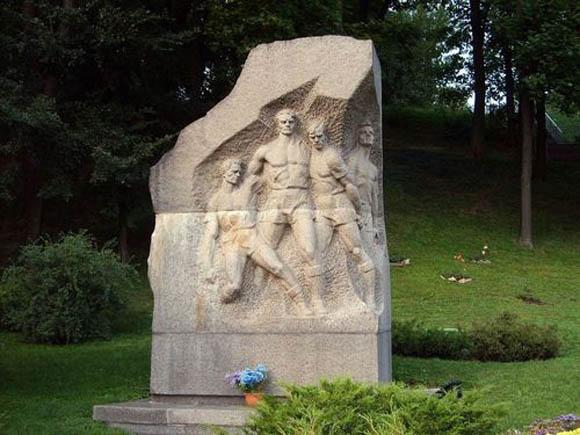 Το μνημείο έξω από γήπεδο της Ζενίτ