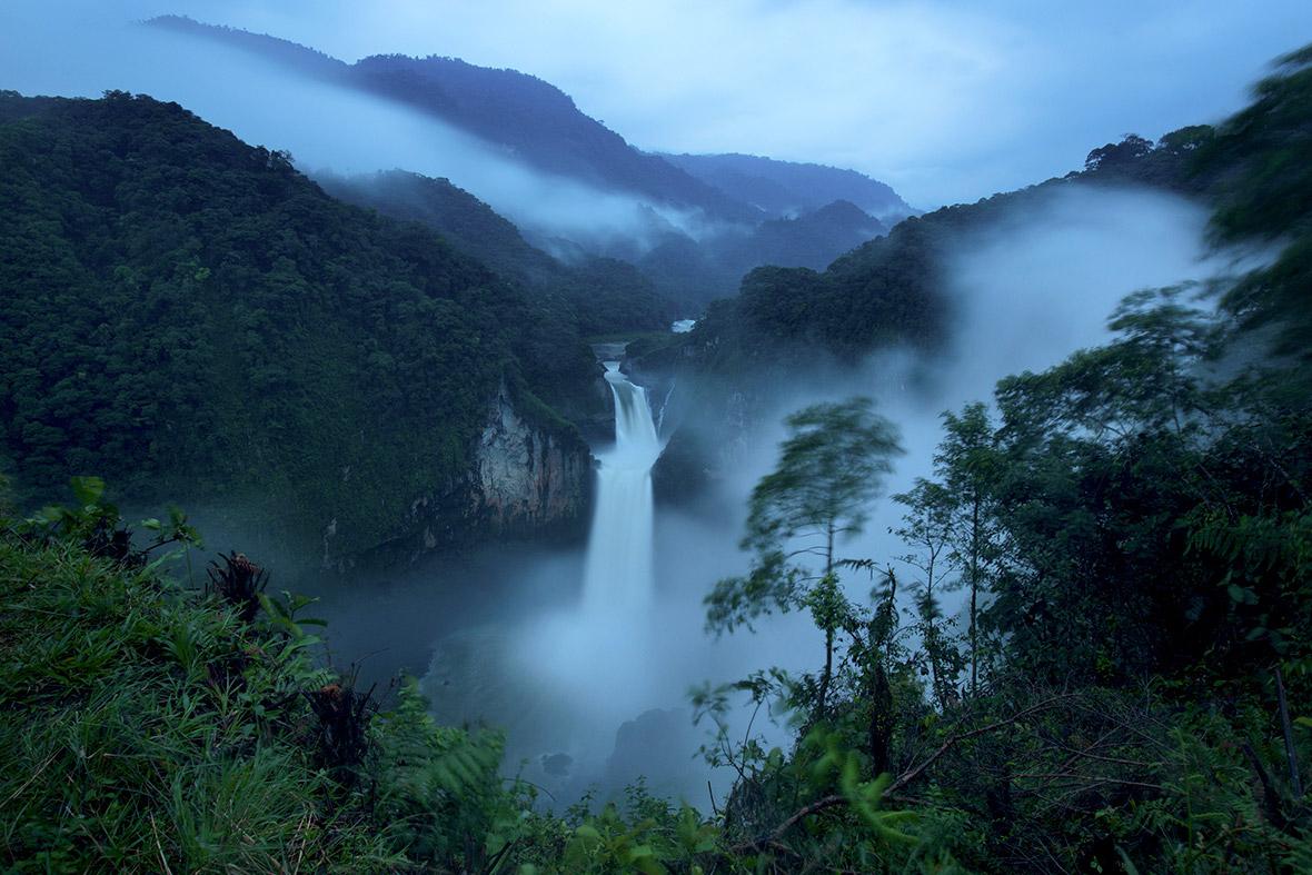 Οι καταρράκτες του Σαν Ραφαέλ, Εκουαδόρ. Ο ποταμός Κόκα την ώρα που ξεχύνεται στον μεγαλύτερο καταρράκτη του Εκουαδόρ μέσα σε ένα σύννεφιασμένο δάσος. Οι καταρράκτες βρίσκονται κοντά στην Μπαέζα βορειοανατολικά του Εκουαδόρ. Φωτογραφία: Ivan Kashinsky/The New York Times/Redux.