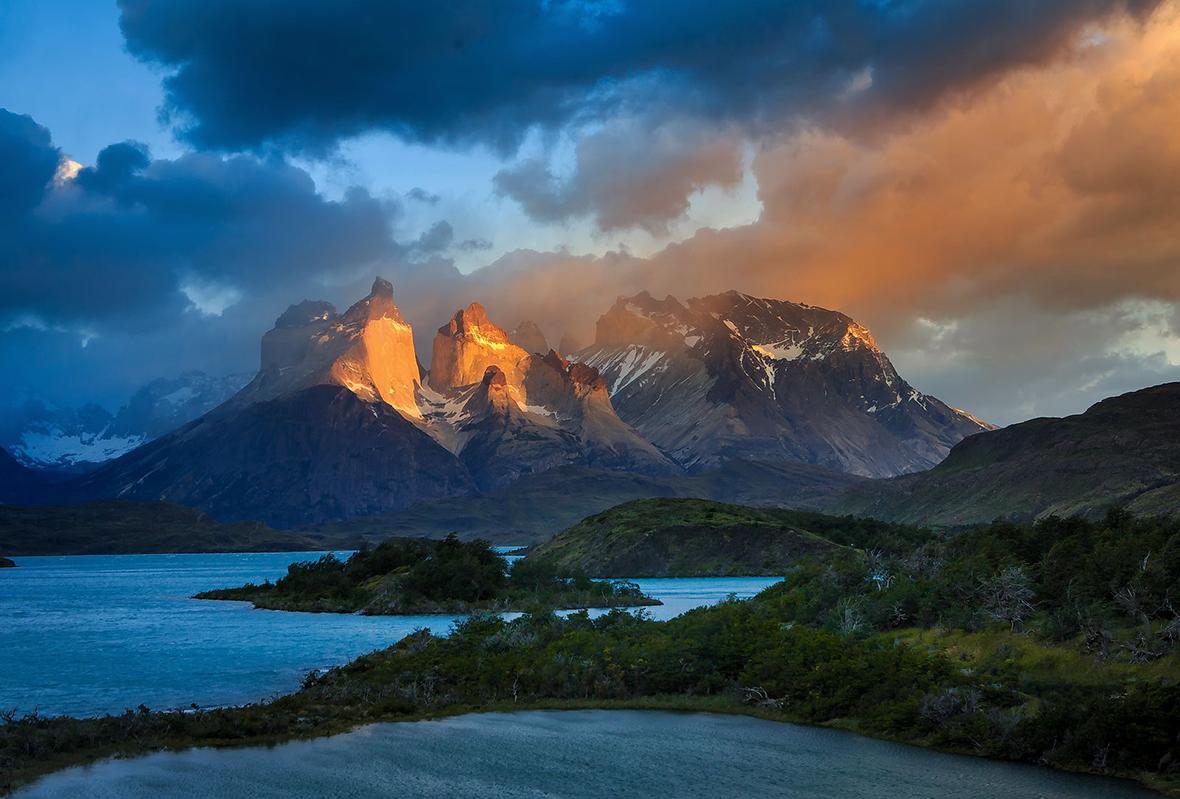 Το Εθνικό Πάρκο του Torres del Paine, Χιλή. Τα κέρατα του del Paine με το πρώτο πρωινό φως. Κάποτε το πάρκο ήταν προορισμός μόνο για λίγους ορειβάτες, τώρα το επισκέπτονται 100.000 άτομα το χρόνο. Φωτογραφία: Gleb Tarro/National Geographic, Your Shot.