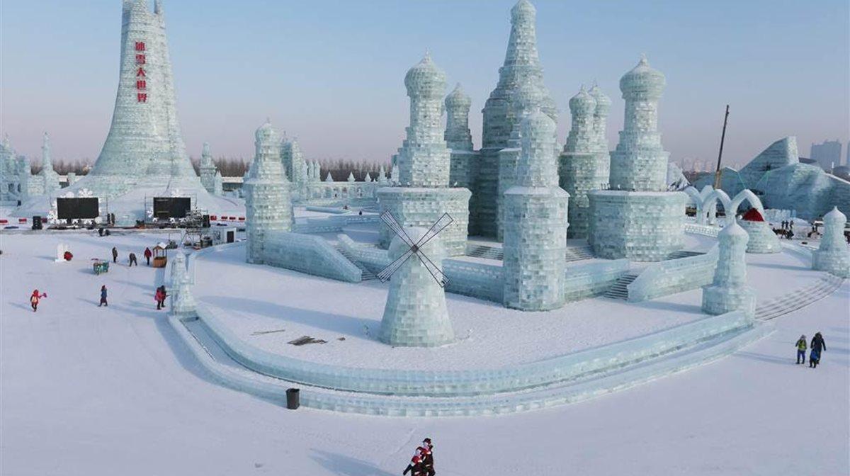 Μια ολόκληρη πόλη με γλυπτά από πάγο είναι έτοιμη να υποδεχτεί τους χιλιάδες επισκέπτες στο πλαίσιο του 32ου φεστιβάλ πάγου που γίνεται στην πόλη Harbin στην Κίνα.