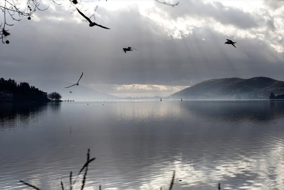 Στιγμιότυπο από τη λίμνη Ορεστιάδα ή, ορθότερον, λίμνη της Καστοριάς . @SOOC / Konstantinos Tsakalidis