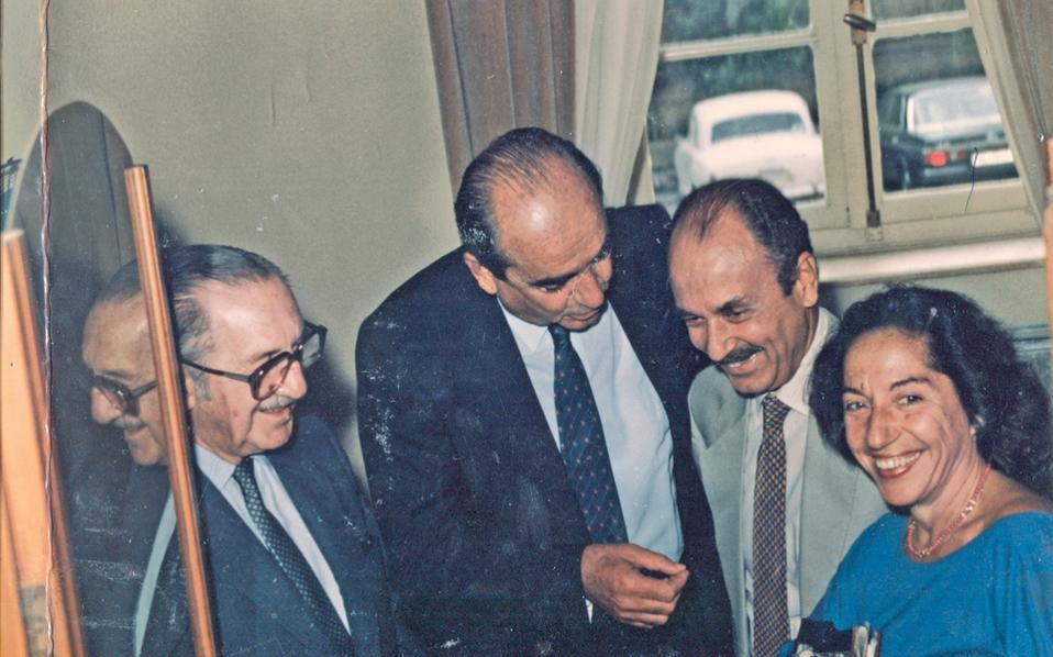 Η φωτογραφία της 1/9/1984 έχει τη δική της ιστορία και μία επικαιρότητα σιβυλλική, τότε ο Eυάγγελος Aβέρωφ είχε εκλογή διαδόχου του στην αρχηγία N.Δ. τον κ. Kώστα Mητσοτάκη και τον κ. Kωστή Στεφανόπουλο. Στον B΄ Γύρο στις 10 Iανουαρίου 2016 έχουμε Eυάγγελο και Kυριάκο, όσο για το όνομα Kώστας, παίζει και αυτό.