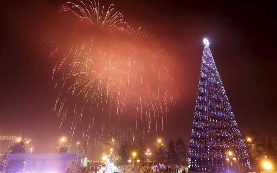 Τα Χριστούγεννα γιόρτασαν στην πόλη Κρασνογιάρσκ της Σιβηρίας. Στις περισσότερες χώρες όπου κυριαρχεί η Ορθόδοξη Εκκλησία τα Χριστούγεννα γιορτάζονται σύμφωνα με το Ιουλιανό Ημερολόγιο, στις 7 Ιανουαρίου. @REUTERS / ILYA NAYMUSHIN