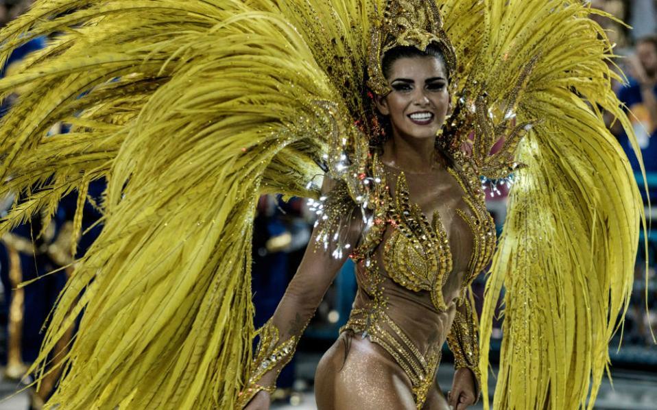 Γιατί το καρναβάλι του Ρίο ντε Τζανέιρο είναι το πιο φημισμένο και το ωραιότερο του κόσμου; Μα τι αφελής ερώτηση! Για τις Βραζιλιάνες φυσικά! Μάλλον για να είμαστε πιο ακριβείς, η διασκέδαση, ο ρυθμός, ο ερωτισμός είναι βαθιά καταγεγραμμένα στο dna του λαού αυτού με κορυφαία έκφραση για εμάς, τις βασίλισσες του καρναβαλιού. (Στην φωτογραφία βασίλισσα της σχολής Uniao da Ilha AFP PHOTO / YASUYOSHI CHIBA)