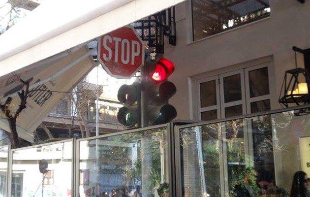 Η φωτογραφία είναι από καφετέρια σε κεντρικό δρόμο της Θεσσαλονίκης, στην οποία ο καταστηματάρχης έχει βάλει διαχωριστικά στο πεζοδρόμιο, περικλείοντας μαζί με τα τραπεζοκαθίσματα, ένα φανάρι και το σήμα STOP. Κορυφαία λεπτομέρεια, η τέντα, η οποία σκεπάζει το μισό σήμα του ΚΟΚ. Το θέμα προκάλεσε αρχικά γέλια, έγινε viral και εντέλει έφτασε μέχρι το δημοτικό συμβούλιο Θεσσαλονίκης, το οποίο αποφάσισε τελικά την αποκατάσταση της τάξης.