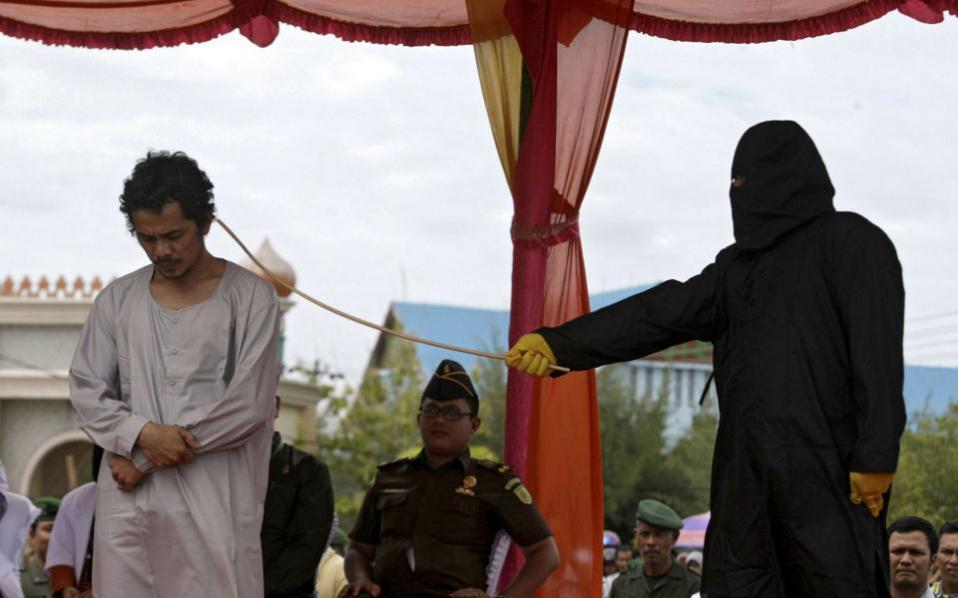 Η περιοχή Aceh της Ινδονησίας είναι η μόνη που εφαμόζει την σαρία και μάλιστα με δημόσιο μαστίγωμα για τους παραβάτες. Έτσι 32 άτυχοι Ινδονήσιοι δέχθηκαν στο πετσί τους τις βουρδουλιές ως τιμωρία που θέλησαν να δοκιμάσουν την τύχη τους στον τζόγο. EPA/HOTLI SIMANJUNTAK