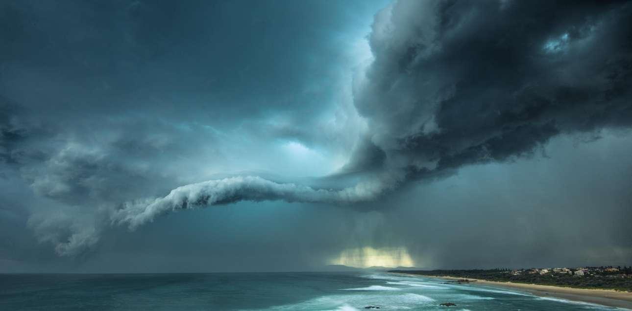 Ο φακός του Αυστραλού Γουίλιαμ Εντες αποδίδει μία από εκείνες τις στιγμές οι οποίες σε αναγκάζουν να σταματήσεις και να αναλογιστείς: αυτό συμβαίνει στα αλήθεια. «Αυτό» ήταν μία καταιγίδα που δημιούργησε εκθαμβωτικούς σχηματισμούς στα σύννεφα, στο λιμάνι Μακουάρι, στην Αυστραλία. William Eades/ Outdoor Photography