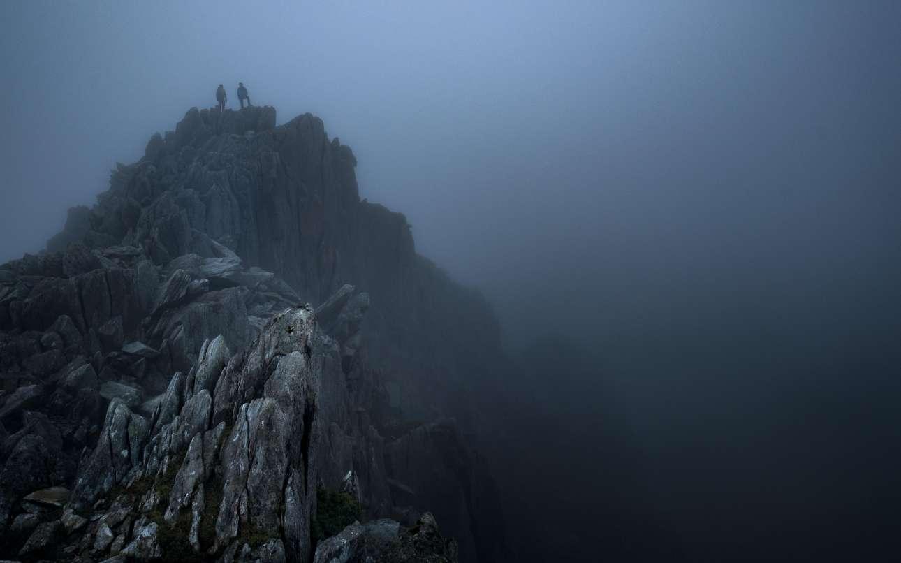 Σκηνικό βγαλμένο από τον κινηματογράφο, όπως το συνέλαβε με τον φακό του ο Βρετανός Γκρεγκ Ουίτον, όταν αντίκρισε δύο ορειβάτες στο χείλος της κορυφογραμμής του Τρίφαν, στη Σνοουντόνια της βόρειας Ουαλίας. Greg Whitton/ Outdoor Photography