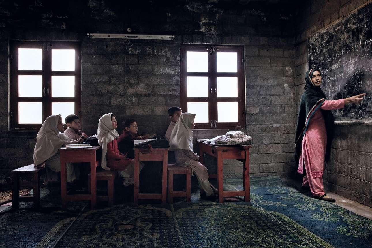Οι μαθητές στο σχολείο στο βόρειο Πακιστάν εξαρτώνται από το φυσικό στοιχείο. Εξαιτίας των συχνών διακοπών του ηλεκτρικού ρεύματος, μετακινούν τα θρανία τους ανάλογα με το φως του Ηλιου για να παρακολουθήσουν το μάθημα. Ο Ιταλός Αντρεα Φρανκολίνι κέρδισε την τρίτη θέση. Andrea Francolini/ Outdoor Photography