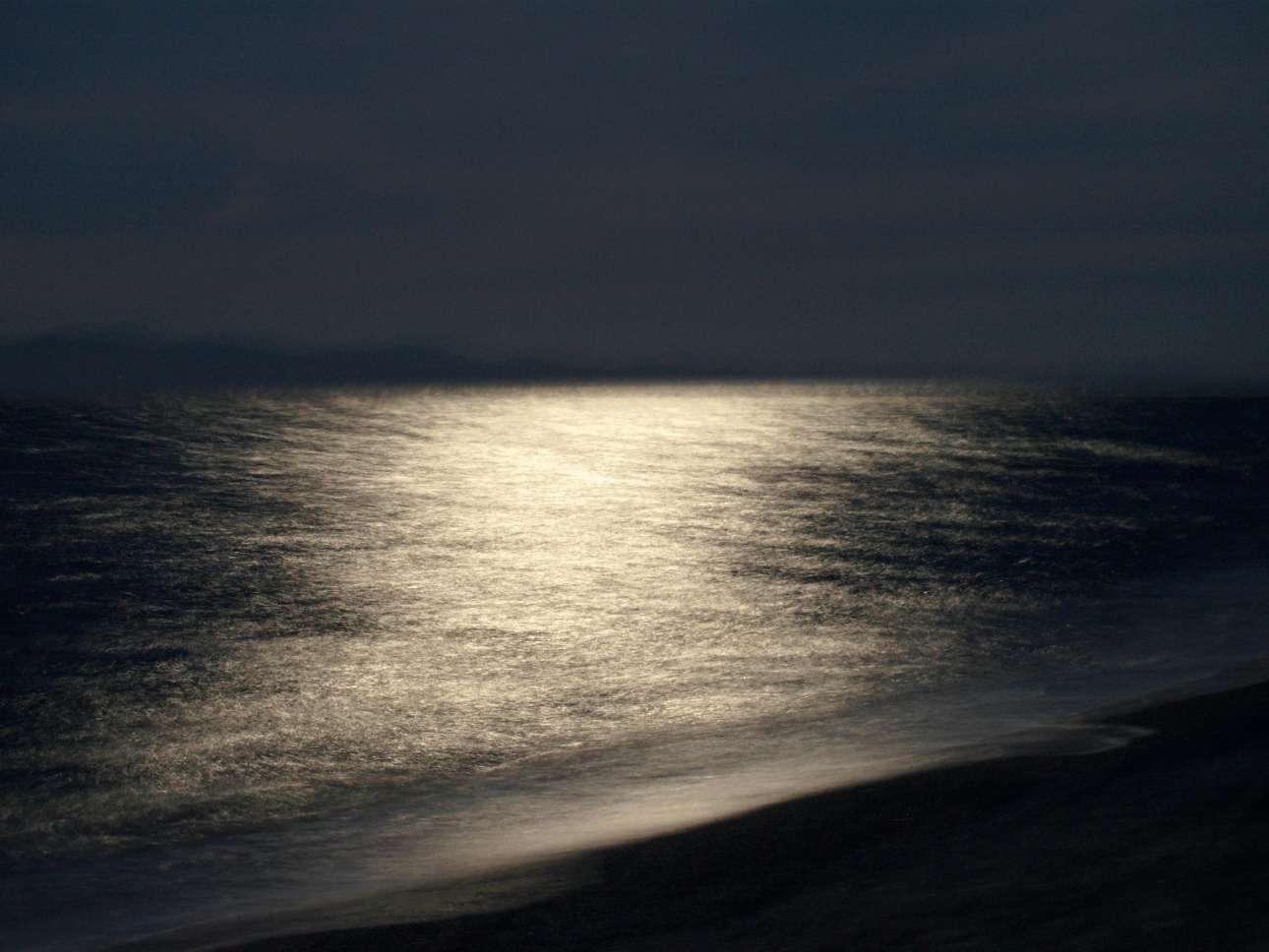 Πίσω στα δικά μας, και συγκεκριμένα στη Χαλκιδική. Το φως της Σελήνης όπως αποτυπώθηκε χάρη στην τεχνική της 15χρονης Αναστασίας Ζιαβρά μετατρέπει τη θάλασσα σε μία βελούδινη, ασημένια επιφάνεια. Anastasia Ziavra/ Outdoor Photography