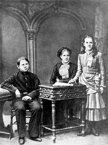 Η δεύτερη σύζυγός του Άννια, με τα παιδιά του Fyodor Fyodorovich and Lyubov Fyodorovna.