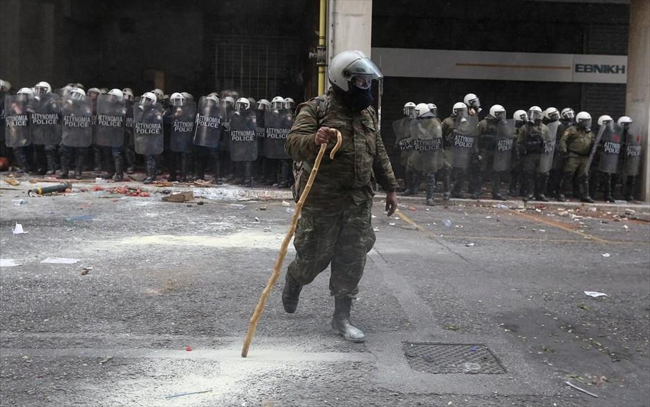 Κρητικός αγρότης, ο οποίος δύσκολα ξεχωρίζει από τους άνδρες των ΜΑΤ που βρίσκονται πίσω του, διαμαρτύρεται έξω από το κτήριο του υπουργείου Αγροτικής Ανάπτυξης. Επεισόδια σημειώθηκαν το πρωί της Παρασκευής έξω από το υπουργείο, όταν οι άνδρες των ΜΑΤ που περιφρουρούν το κτήριο δέχθηκαν βροχή αντικειμένων και πέτρες από Κρητικούς αγρότες. Οι αστυνομικοί απάντησαν κάνοντας χρήση χημικών, ώστε να απωθήσουν τους διαδηλωτές. @INTIME NEWS / ΜΠΑΛΤΑΣ ΚΩΣΤΑΣ