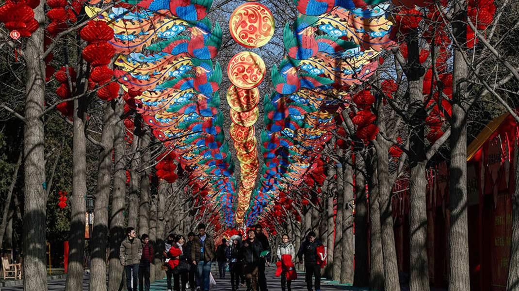 Στην Κίνα ετοιμάζονται για το Εαρινό Φεστιβάλ με το οποίο θα «καλωσορίσουν» το νέο σεληνιακό έτος. Η χρονιά του πιθήκου ξεκινά στις 8 Φεβρουαρίου.