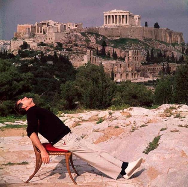 O Slim Aarons καθισμένος σε μια καρέκλα του Σαρίδη με φόντο την Ακρόπολη το 1961.