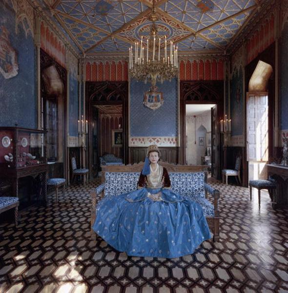Η Ντίντι Σερπιέρη, grand dame των Αθηνών, με φορεσιά Αμαλίας στο πύργο της βασίλισσας, που ανήκε στην οικογένειά της. -