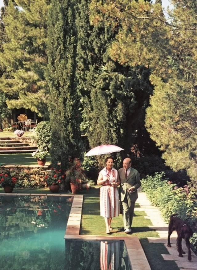 Ο αυλάρχης Δημήτρης Λεβίδης με τη σύζυγό του στο σπίτι τους στην Παλλήνη
