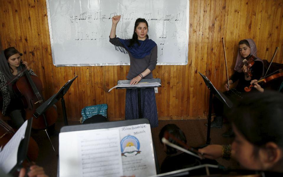 Ακόμα και σήμερα στο Αφγανιστάν η μουσική για τους φανατικούς μουσουλμάνους είναι απαγορευμένη. Υπό την κυριαρχία δε των Ταλιμπάν, δεν γινόταν ούτε λόγος. Έτσι τα κορίτσια της ορχήστρας Zohra έχουν να αντιπαλέψουν τόσο τον ρατσισμό για το φύλο τους, όσο και την θρησκευτική προκατάληψη για την μουσική. Η Zohra αποτελείται από 35 μουσικούς που παίζουν τόσο δυτικά όσο και παραδοσιακά όργανα υπό την διεύθυνση της εικονιζόμενης 19χρονης, μεγαλωμένης στο ορφανοτροφείο Negin. @REUTERS/Ahmad Masood