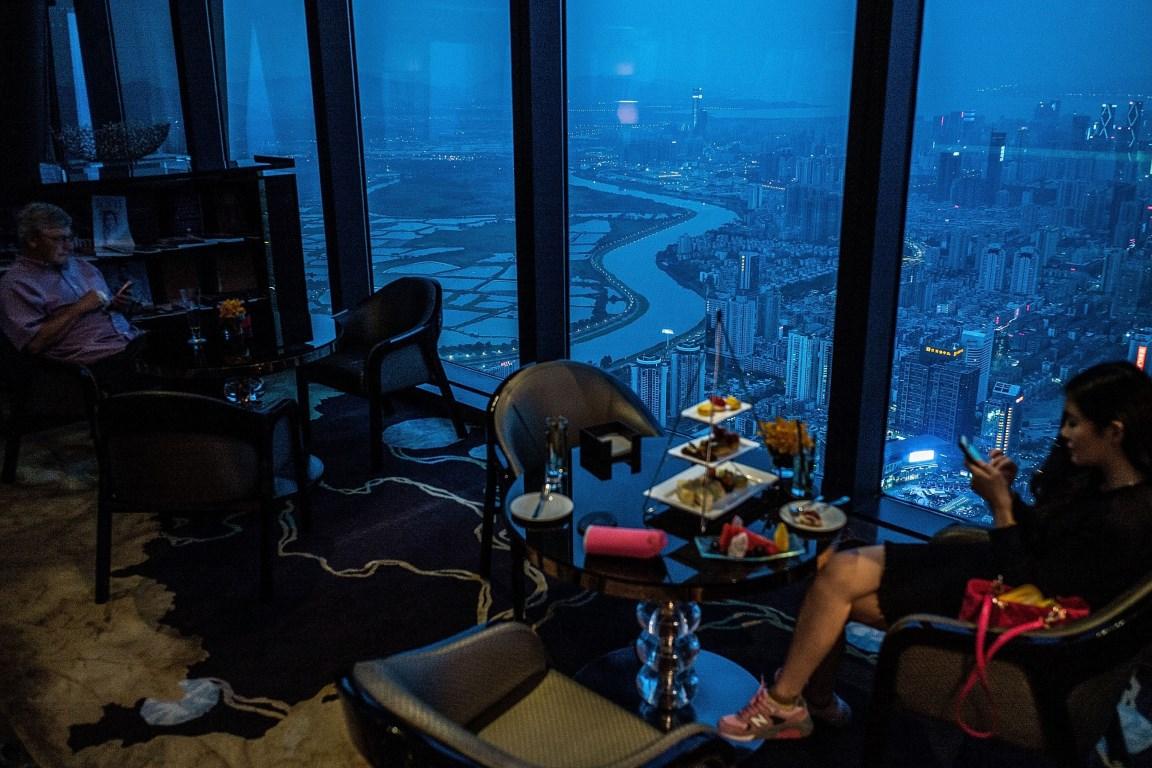 Πελάτες ενός εστιατορίου απολαμβάνουν το τσάι τους με θέα τα σύνορα Κίνας-Χονγκ Κονγκ. @Lam Yik Fei