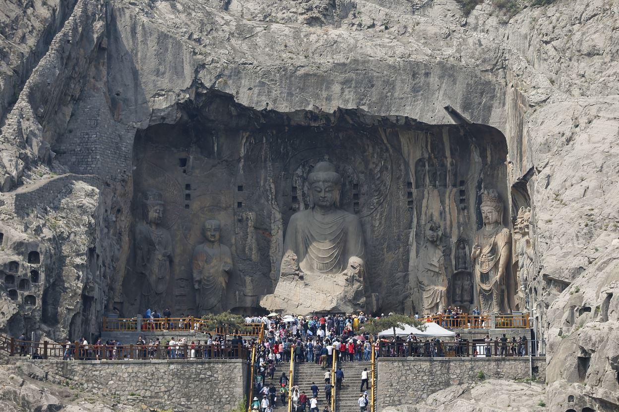Τα βουδιστικά γλυπτά Longmen Grottoes στην περιοχή Luoyang. Πρόκειται συνολικά για περισσότερα από 2.300 έργα λαξευμένα σε βράχους ασβεστόλιθου, που εκτείνονται σε μήκος 1 χλμ. @Lintao Zhang