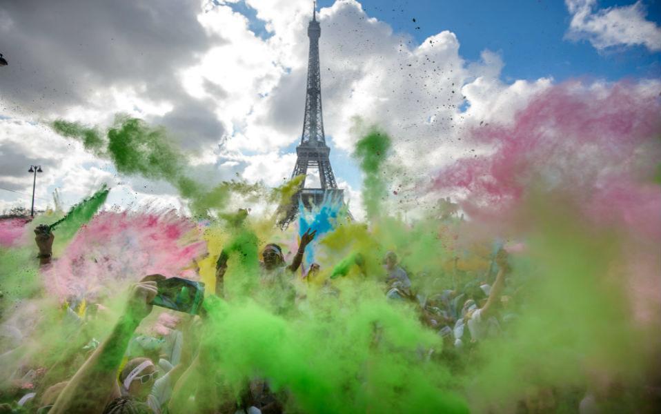 Η μία μετά την άλλη, οι πρωτεύουσες του κόσμου υποκύπτουν στο Color Run. Με φιλανθρωπικό ενδιαφέρον ή με αποκλειστική διάθεση για διασκέδαση, οι δρομείς απολαμβάνουν το χρωμάτισμα με πούδρα κιμωλίας. Αυτή την φορά ήταν η σειρά του Παρισιού. @EPA/CHRISTOPHE PETIT TESSON