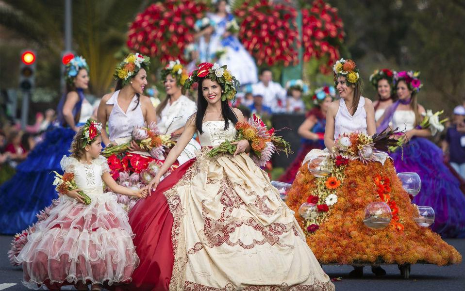 Όμορφα τα κορίτσια, όμορφα και τα λουλούδια που είναι στολισμένα. Έτσι γιορτάζουν την άνοιξη στα νησιά Μadeira της Πορτογαλίας. Το Flower Parade Festival διεξάγεται κάθε χρόνο και συγκεντρώνει πλήθος τουριστών. EPA/GREGORIO CUNHA