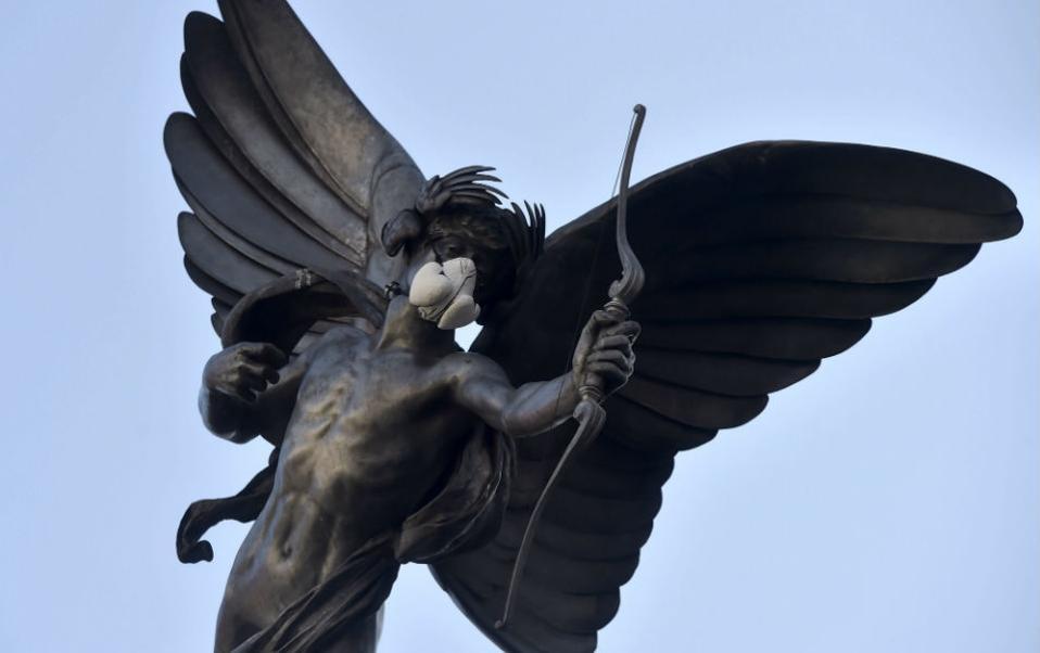 Τα γλυπτά του Λονδίνου έντυσαν με μάσκες οι ακτιβιστές της Greenpeace με σκοπό να διαμαρτυρηθούν για τα αυξημένα ποσοστά ρύπανσης στην πόλη. Τα αγάλματα του Κρόμγουελ, του Ναυάρχου Νέλσον, αλλά και της Βασίλισσας Βικτωρίας έβαλαν μάσκες, όπως και το εικονιζόμενο άγαλμα του έρωτα στο Piccadilly . @EPA/HANNAH MCKAY