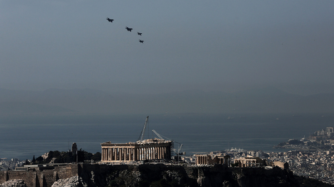 Δύο F-16 ελληνικά και δύο F-15 αμερικανικά μαχητικά αεροπλάνα πραγματοποιούν υπερπτήση σε σχηματισμό πάνω από την Ακρόπολη, στα πλαίσια της άσκησης «Ηνίοχος», Αθήνα, την Τετάρτη 13 Απριλίου 2016. ΑΠΕ-ΜΠΕ/ΑΠΕ-ΜΠΕ/ΣΥΜΕΛΑ ΠΑΝΤΖΑΡΤΖΗ
