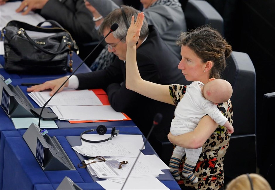 Η Βρετανίδα ευρωβουλευτής, Ανελίζ Ντόντς κρατά το μωρό της αγκαλιά, κατά τη διάρκεια ψηφοφορίας στο Ευρωπαϊκό Κοινοβούλιο στο Στρασβούργο. @REUTERS / VINCENT KESSLER