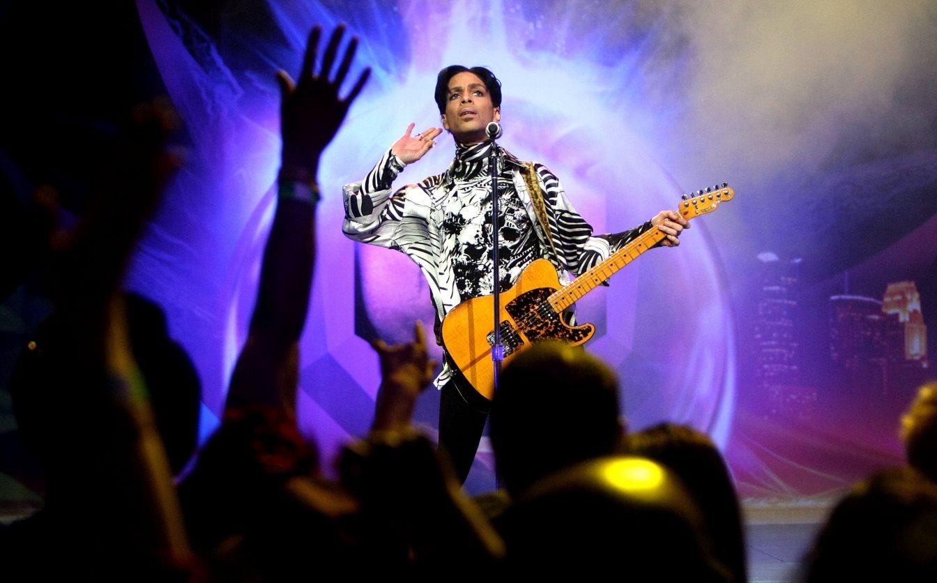 Έφυγε από τη ζωή στα 57 του χρόνια ο παγκοσμίου φήμης καλλιτέχνης Prince. Στιγμιότυπο από συναυλία του στο Los Angeles, το 2009. @Kristian Dowling