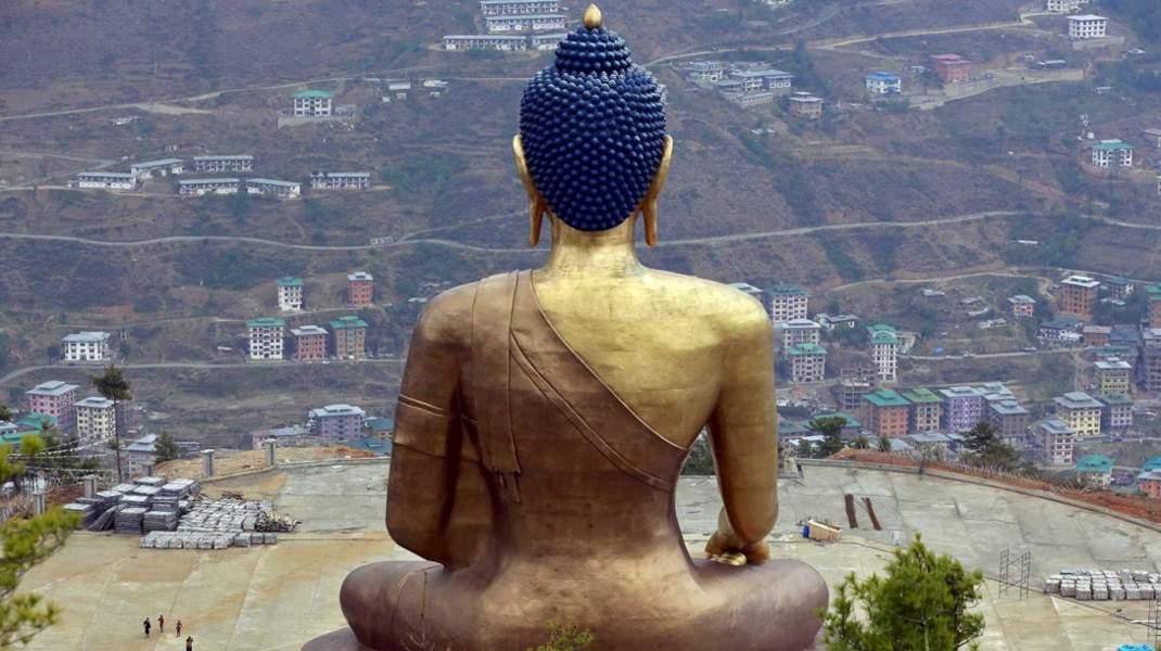 Το άγαλμα του Βούδα Ντορένμα δεσπόζει πάνω από την πόλη Θίμφου, στο Μπουτάν. @REUTERS / CATHAL MCNAUGHTON