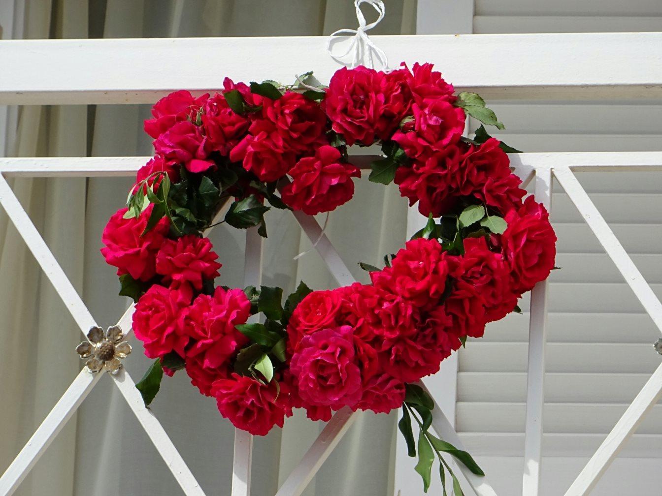 Ένα πρωτομαγιάτικο στεφάνιμε κόκκινα λουλούδια σε μπαλκόνι της Κέρκυρας. @Γιώργος Κονταρίνης
