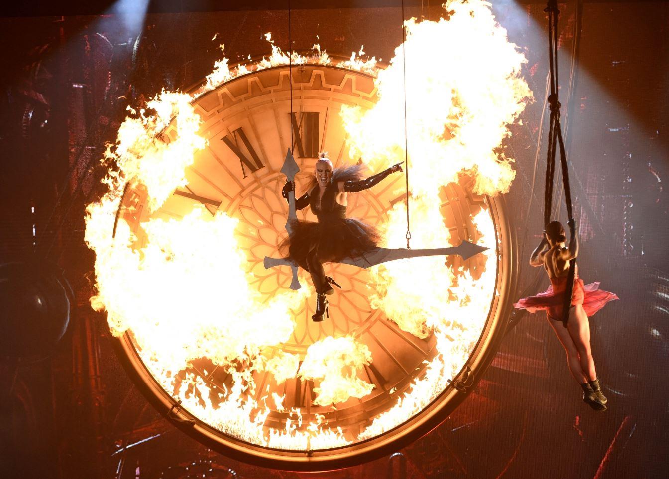 Η τραγουδίστρια Pink ερμηνεύει το κομμάτι «Just Like Fire» στα πλαίσια της απονομής των βραβείων BillBoard στο Las Vegas. @AP/Eurokinissi