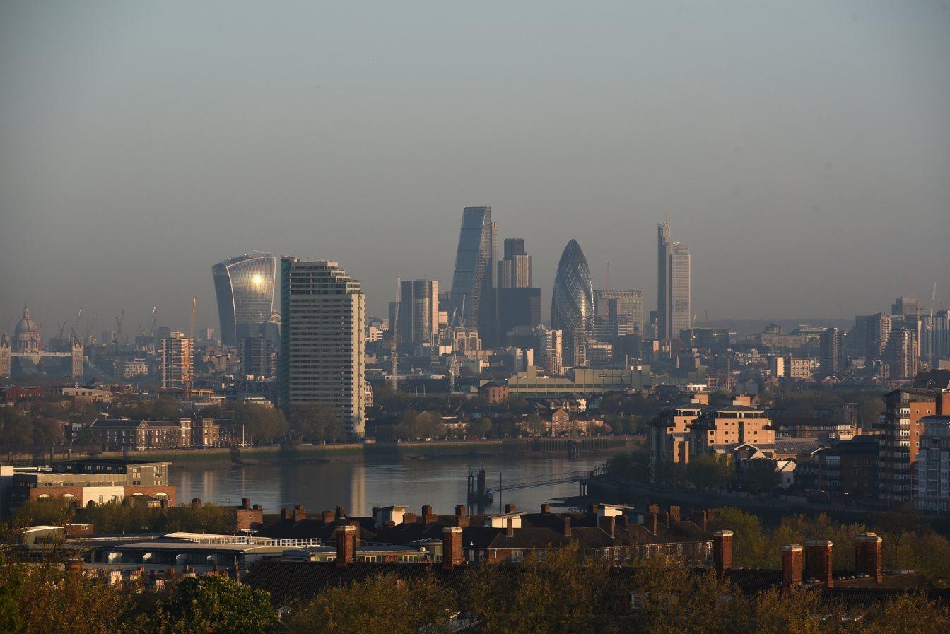 Ατμοσφαιρική ρύπανση πάνω από το Λονδίνο. Εκτιμάται ότι το 75% των Λονδρέζων θεωρεί το πρόβλημα ως ένα από τα σημαντικότερα με τα οποία θα πρέπει να ασχοληθεί ο νέος Δήμαρχος της πόλης.