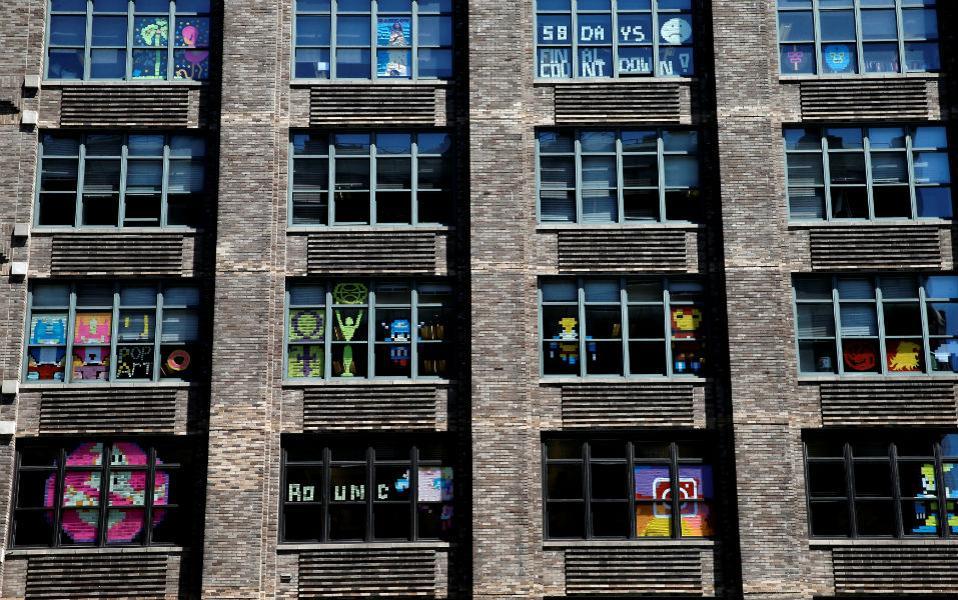 Ο πόλεμος των post-it. Μάλλον κανείς δεν ξέρει πώς έγινε η αρχή στο πρώτο παράθυρο μιας διαφημιστικής εταιρίας στο Manhatan. Η αλήθεια όμως είναι ότι εξαπλώθηκε σαν επιδημία. Tο ένα μετά το άλλο τα παράθυρα γέμισαν με φιγούρες φτιαγμένες από post-it. όπως τα εικονιζόμενα παράθυρα στην Varick Street. Οι μεν διαγωνίζονται σε δημιουργία τους δε, με φιγούρες από κόμικ ή συνθήματα και άξαφνα τα παράθυρα γέμισαν με πολύχρωμη τέχνη φτιαγμένη με ταπεινά χαρτάκια. @REUTERS/Mike Seg