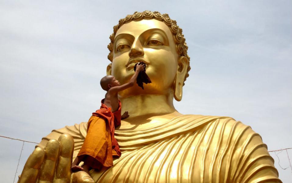 Σαπουνάδες στον Βούδα. Ο νεότερος μοναχός ανέβηκε μέχρι την κορυφή του αγάλματος για να καθαρίσει με σαπούνι και νερό το άγαλμα του Βούδα στην Bhopal της Ινδίας. Οι πυρετώδεις προετοιμασίες καθαριότητας γίνονται με αφορμή τα γενέθλια του Βούδα που θα εορταστούν σε όλον τον κόσμο στις 21 Μαίου. @EPA/SANJEEV GUPTA