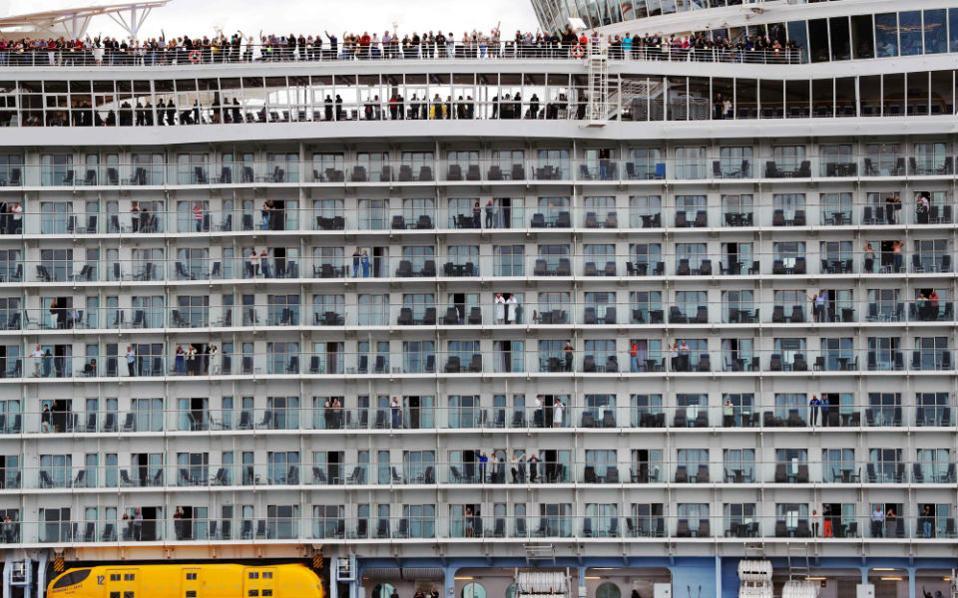 Οι πρώτοι επιβάτες του μεγαλύτερου κρουαζιερόπλοιου του κόσμου, του Harmony of the Seas αποχαιρετούν το Southampton. Πρώτος σταθμός: Βαρκελώνη. / AFP / ADRIAN DENNIS